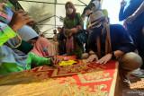 Ini ditanyakan Sandiaga Uno pada lansia penyulam benang emas di Desa Apar Pariaman