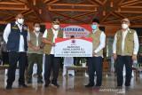 BNPB LEPAS PEMBERANGKATAN SEJUTA MASKER DI ACEH. Kepala Badan Nasional Penanggulangan Bencana (BNPB) Letjen TNI Ganip Warsito (kedua kiri) menyerahkan bantuan masker secara simbolis kepada Bupati Aceh Besar, Mawardi Ali (kedua kanan) di kantor Pemerintah Aceh, Banda Aceh, Aceh, Sabtu (28/8/2021). Selain melepas pemberangkatan sejuta masker dan menyerahkan bantuan satu unit alat nesin PCR untuk sejumlah kabupaten/kota di Aceh, kunjungan kepala BNPB Letjen Ganip Warsito ke Aceh juga melakukan pertemuan bersama dengan sejumlah instansi terkait sehubungan masih tingginya kasus COVID-19 di Aceh dan selain tingkat kesadaran warga menggunakan masker masih rendah. ANTARA FOTO/Ampelsa.