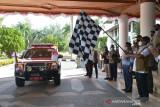 BNPB LEPAS PEMBERANGKATAN SEJUTA MASKER DI ACEH. Kepala Badan Nasional Penanggulangan Bencana (BNPB) Letjen TNI Ganip Warsito (kanan) bersama Forkopimda melepas iringan kendaraan mengangkut masker  di kantor Pemerintah Aceh, Banda Aceh, Aceh, Sabtu (28/8/2021). Selain melepas pemberangkatan sejuta masker dan menyerahkan bantuan satu unit alat nesin PCR untuk sejumlah kabupaten/kota di Aceh, kunjungan kepala BNPB Letjen Ganip Warsito ke Aceh juga melakukan pertemuan bersama dengan sejumlah instansi terkait sehubungan masih tingginya kasus COVID-19 di Aceh dan selain tingkat kesadaran warga menggunakan masker masih rendah. ANTARA FOTO/Ampelsa.