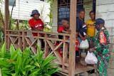 Aparat TNI di Mimika Papua bantu sembako untuk warga