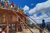 Satgas pamtas RI-RDTL bantu warga bangun rumah adat