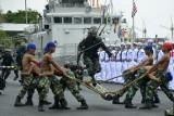 Prajurit TNI AL melakukan atraksi pertempuran usai Upacara Pelantikan dan Penyumpahan siswa Pendidikan Pertama Bintara (Dikmaba) dan Pendidikan Pertama Tantama (Dikmata) TNI AL Angkatan XLI/2021 di Dermaga Layang Mako Lantamal VI Makassar, Sulawesi Selatan, Sabtu (28/8/2021). Atraksi kemampuan dan ketangkasan prajurit TNI Angkatan Laut tersebut menampilkan sejumlah atraksi diantaranya halang rintang, senam balok, pertempuran dan terjun payung. ANTARA FOTO/Abriawan Abhe/wsj.