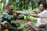 Satgas TNI Yonif 611 bantu warga perbatasan buat atap honai dari daun sagu