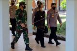 Panglima TNI Marsekal TNI Hadi Tjahjanto (kiri) bersama Kapolri Jenderal Pol Listyo Sigit Prabowo (kanan) dan Gubernur Bali Wayan Koster (tengah) berjalan bersama saat meninjau tempat isolasi terpusat (isoter) di Grand Inna Bali Beach Sanur, Denpasar, Bali, Minggu (29/8/2021). Kunjungan tersebut untuk memantau progres terkait penanganan kasus COVID-19 di Provinsi Bali. ANTARA FOTO/Nyoman Hendra Wibowo/nym.