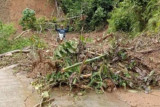 Jalan Lenggo di pedalaman Polewali Mandar Sulbar tertutup longsor
