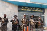 Pendukung Taliban arak peti mati berbendera AS