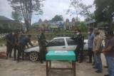 Tim gabungan TNI menyerahkan satu unit mobil jenis Sedan Toyota asal Malaysia ke pada pihak Bea Cukai, yang berhasil diamankan di jalur tidak resmi di batas RI-Malaysia Kecamatan Badau wilayah Kapuas Hulu Kalimantan Barat. (Foto ANTARA/HO)