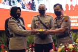Kapolda Jateng beri penghargaan 6 polwan berprestasi