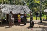 Satgas TNI Yonif 403 bagikan kelambu cegah malaria untuk warga perbatasan RI-PNG