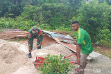 Aparat TNI Boven Digoel bantu bangun rumah warga