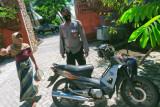 Pengendara sepeda motor hantam dam truk di jalan raya Pujut, korban luka berat