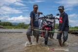 Luapan Air Sungai Tutupi Jalan di Desa Jono Oge