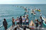 KRI Badau-841 distribusi paket sembako di Perairan Galesong Takalar