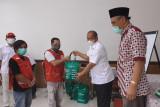 Bank Sleman memberi bantuan paket sembako relawan PMI