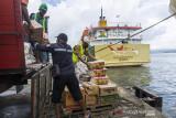 Sejumlah buruh pelabuhan mengangkut bahan pangan ke kapal perintis di Pelabuhan Yos Sudarso, Kota Ambon, Maluku, Kamis (2/9/2021). (ANTARA FOTO/FB Anggoro)