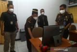 Kepala Kejaksaan Tinggi Provinsi Kalbar Masyhudi (kedua kiri) memeriksa komputer yang digunakan pada Seleksi Kompetensi Dasar (SKD) penerimaan CPNS Kejaksaan RI di UPT Badan Kepegawaian Negara (BKN) Pontianak, Kalimantan Barat, Kamis (2/9/2021). Sebanyak 879 pelamar dari wilayah Kalimantan Barat mengikuti seleksi untuk memperebutkan 4.148 formasi dalam penerimaan CPNS Kejaksaan RI tahun 2021. ANTARA FOTO/Jessica Helena Wuysang