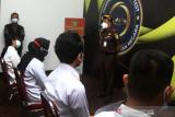 Kepala Kejaksaan Tinggi Provinsi Kalbar Masyhudi (kedua kanan) berbicara kepada sejumlah pelamar Calon Pegawai Negeri Sipil (CPNS) Kejaksaan yang akan mengikuti Seleksi Kompetensi Dasar (SKD) di UPT Badan Kepegawaian Negara (BKN) Pontianak, Kalimantan Barat, Kamis (2/9/2021). Sebanyak 879 pelamar dari wilayah Kalimantan Barat mengikuti seleksi untuk memperebutkan 4.148 formasi dalam penerimaan CPNS Kejaksaan RI tahun 2021. ANTARA FOTO/Jessica Helena Wuysang