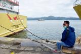 Seorang warga memandangi kapal perintis di Pelabuhan Yos Sudarso, Kota Ambon, Maluku, Kamis (2/9/2021). Kementerian Perhubungan mengizinkan tujuh kapal perintis yang sejak Agustus 2021 berhenti beroperasi karena Pemberlakuan Pembatasan Kegiatan Masyarakat (PPKM), untuk kembali melayani penumpang dan distribusi barang untuk layanan Tol Laut di wilayah perairan Maluku. (ANTARA FOTO/FB Anggoro)