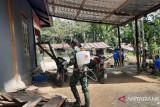 Satgas TNI Yonif 512 lakukan penyemprotan disinfektan rumah warga perbatasan