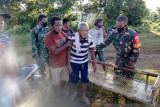 Anggota Kodim Sangihe membantu 'menandu' warga yang sakit