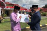 Wabup Lingga serahkan hasil temuan proyek jalan Tanjung Bungsu
