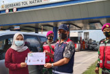 Hutama Karya bagikan souvernir e-Toll sambut Hari Pelanggan Nasional