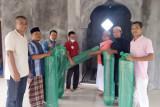 Tangan Berbagi serahkan bantuan karpet masjid