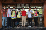Bupati berikan uang saku kepada duta olahraga asal Lampung Barat