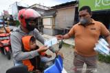 Jurnalis di Palu bagikan ribuan masker dan vitamin