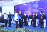 Rektor Universitas Pancasila Prof. Edie Toet Hendratno ketika memakaikan jaket alamamater UP pada acara Pengenalan Kehidupan Kampus Bagi Mahasiswa Baru Universitas Pancasila (PKKMB).