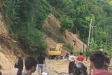 Jalan poros Majene--Mamuju Sulbar tertutup longsor