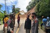 Polres Majene bersihkan material longsor yang memutus jalan transSulawesi