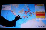 Petugas mengamati informasi gempa bumi terkini melalui alat Warning Receiver System (WRS) di kawasan pariwisata The Nusa Dua, Badung, Bali, Senin (6/9/2021). Indonesia Tourism Development Corporation bekerja sama dengan BMKG Pusat mengaktifkan alat komunikasi penyebarluasan informasi gempa bumi dan peringatan dini tsunami sebagai upaya untuk meningkatkan kesiapan mitigasi kebencanaan di kawasan pariwisata. ANTARA FOTO/Fikri Yusuf/nym.