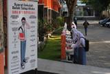 Sejumlah siswa mencuci tangan sebelum masuk ruang kelas di SMA Negeri 1 Boyolali, Jawa Tengah, Senin (6/9/2021). Pembelajaran tatap muka terbatas bagi siswa sekolah menengah atas tersebut dilakukan dengan adaptasi kebiasaan baru protokol kesehatan COVID-19 serta membatasi kapasitas jumlah siswa 50 persen dengan jadwal masuk sekolah secara bergantian. ANTARA FOTO/Aloysius Jarot Nugroho/hp.