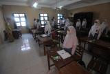 Sejumlah siswa berada di dalam ruang kelas saat pembelajaran tatap muka terbatas di SMA Negeri 1 Boyolali, Jawa Tengah, Senin (6/9/2021). Pembelajaran tatap muka terbatas bagi siswa sekolah menengah atas tersebut dilakukan dengan adaptasi kebiasaan baru protokol kesehatan COVID-19 serta membatasi kapasitas jumlah siswa 50 persen dengan jadwal masuk sekolah secara bergantian. ANTARA FOTO/Aloysius Jarot Nugroho/hp.