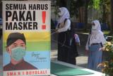 Sejumlah siswa mengenakan masker saat berada di lingkungan sekolah di SMA Negeri 1 Boyolali, Jawa Tengah, Senin (6/9/2021). Pembelajaran tatap muka terbatas bagi siswa sekolah menengah atas tersebut dilakukan dengan adaptasi kebiasaan baru protokol kesehatan COVID-19 serta membatasi kapasitas jumlah siswa 50 persen dengan jadwal masuk sekolah secara bergantian. ANTARA FOTO/Aloysius Jarot Nugroho/hp.