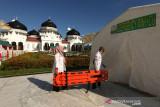 Vaksinasi Merdeka Berantas COVID. Petugas kesehatan mempersiapkan perlengkapan darurat saat vaksinasi merdeka di halaman masjid raya Baiturrahman, Banda Aceh, Aceh, Senin (6/9/2021). Vaksinasi merdeka yang digelar secara serentak pada 6-7 September 2021 di seluruh Indonesia merupakan program sinergi staf khusus Presiden bersama Kapolri dan  Panglima TNI untuk membantu pemerintah memutuskan mata rantai penyebaran serta penularan COVID-19. ANTARA/Irwansyah Putra