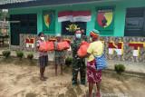 Satgas TNI Yonif 512 bagi sembako untuk warga di perbatasan RI-PNG