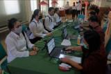 Petugas memeriksa identitas peserta saat akan memasuki ruangan ujian Seleksi Kompetensi Dasar (SKD) Calon Pegawai Negeri Sipil (CPNS) di lingkungan Provinsi Bali tahun 2021 di Kantor Badan Pengembangan Sumber Daya Manusia (BPSDM) Provinsi Bali, Denpasar, Bali, Selasa (7/9/2021). Formasi CPNS untuk Bali pada seleksi tahun 2021 total mencapai 1.035 yang diperebutkan oleh 24.403 pelamar. ANTARA FOTO/Nyoman Hendra Wibowo/nym.