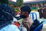 Setelah mendapat persetujuan dari orang tua, pelajar SMP di Solok Selatan mulai divaksin