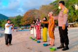 Pemdes dan BBC lepas anak penyu di Pantai Senggigi