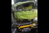 Dua truk adu jangkrik di Jalan Raya Batukliang