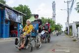 Relawan Karawang Tanggap Peduli menjemput lansia yang mengalami kondisi disabilitas untuk mengikuti vaksinasi COVID-19 di Kampung Duren, Klari, Karawang, Jawa Barat, Rabu (8/9/2021). Pemerintah Provinsi Jawa Barat mencatat per 22 Agustus 2021 sebanyak 6.000 penyandang disabilitas sudah mendapatkan vaksin COVID-19 dan menargetkan sasaran vaksinasi COVID-19 untuk penyandang disabilitas mencapai 121.648 orang. ANTARA FOTO/M Ibnu Chazar/agr
