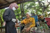 Tenaga medis memeriksa kesehatan lansia yang mengalami kondisi disabilitas sebelum mendapat suntikan vaksin COVID-19 di Kampung Duren, Klari, Karawang, Jawa Barat, Rabu (8/9/2021). Pemerintah Provinsi Jawa Barat mencatat per 22 Agustus 2021 sebanyak 6.000 penyandang disabilitas sudah mendapatkan vaksin COVID-19 dan menargetkan sasaran vaksinasi COVID-19 untuk penyandang disabilitas mencapai 121.648 orang. ANTARA FOTO/M Ibnu Chazar/agr