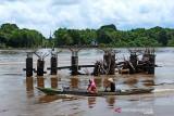 Ditabrak tongkang, tiang pancang Jembatan Tp Laung - Sikan mengalami kerusakan