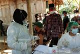 Bupati Bantul meninjau vaksinasi COVID-19 di Kampung Batik Giriloyo