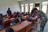 Satgas TNI Yonif 751 bagikan alat tulis untuk siswa SD Lanny Jaya