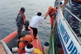 Petugas SAR evakuasi 35  awak kapal yang terbakar di Samudra Hindia