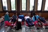 PMI Tangerang menggelar donor darah, kegiatan ini untuk memastikan stok darah di wilayah Tangerang mencukupi di tengah pandemi COVID-19.  (Antara/HO/PMI/IFRC).