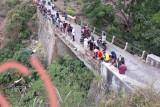 Tak kuat menanjak mobil tangki air terjun bebas ke bawah jembatan Lelonggek Suela